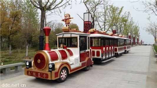 儿童乘坐游玩无轨小火车